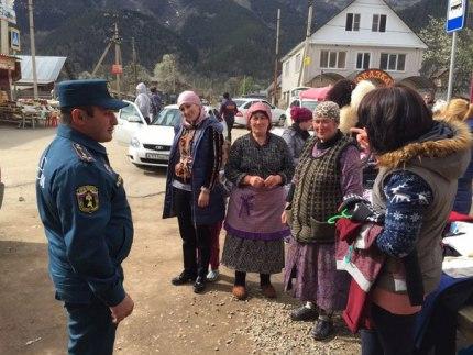Сотрудники МЧС разъяснили жителям поселка Архыз требования пожарной безопасности