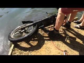 В одной из рек Бельгии при помощи поискового магнита нашли итальянский мотоцикл Piaggio