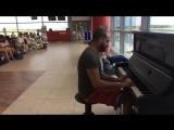 Пианист в аэропорту играет К Элизе 12 разными стилями и музыку из Титаника 5