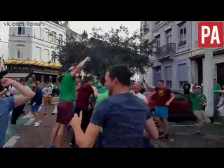 Болельщик Ирландии в голове-маски лошади забивает мяч в узкое окно / Irish Fan with a Horse Mask kicks Ball into a Hotel Window