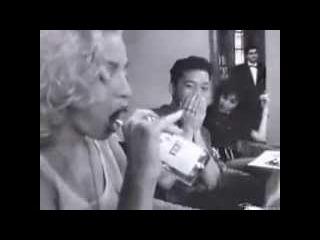 Мадонна сосет бутылку