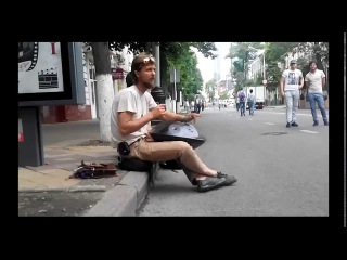 Ханг драм (Hang Drum) в руках краснодарского уличного музыканта выдает божественную мелодию
