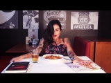Lola Benvenutti ест с фаллоиметатором между ног