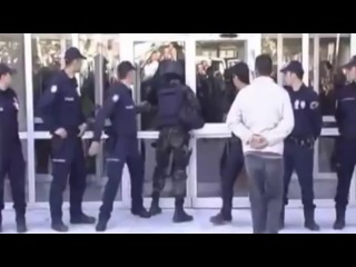 Спецназовец берет штурмом дверь здания