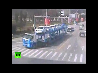 В Китае ребенок чудом уцелел под колесами грузовика