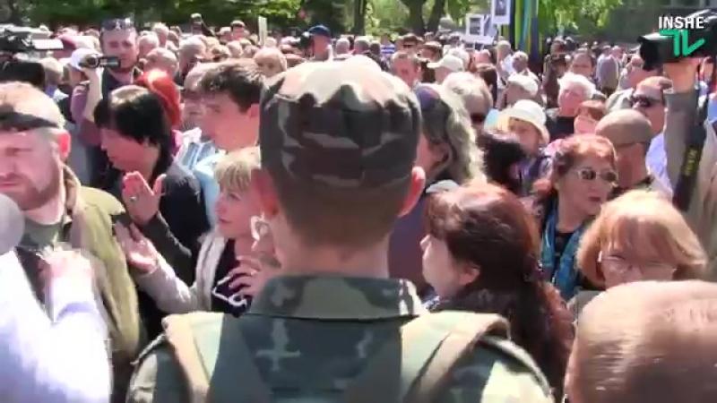 Потасовки в Николаеве на 9 мая 2016 года. Азов, Свобода и коммунисты у мемориала ольшанцев [Low, 360p]