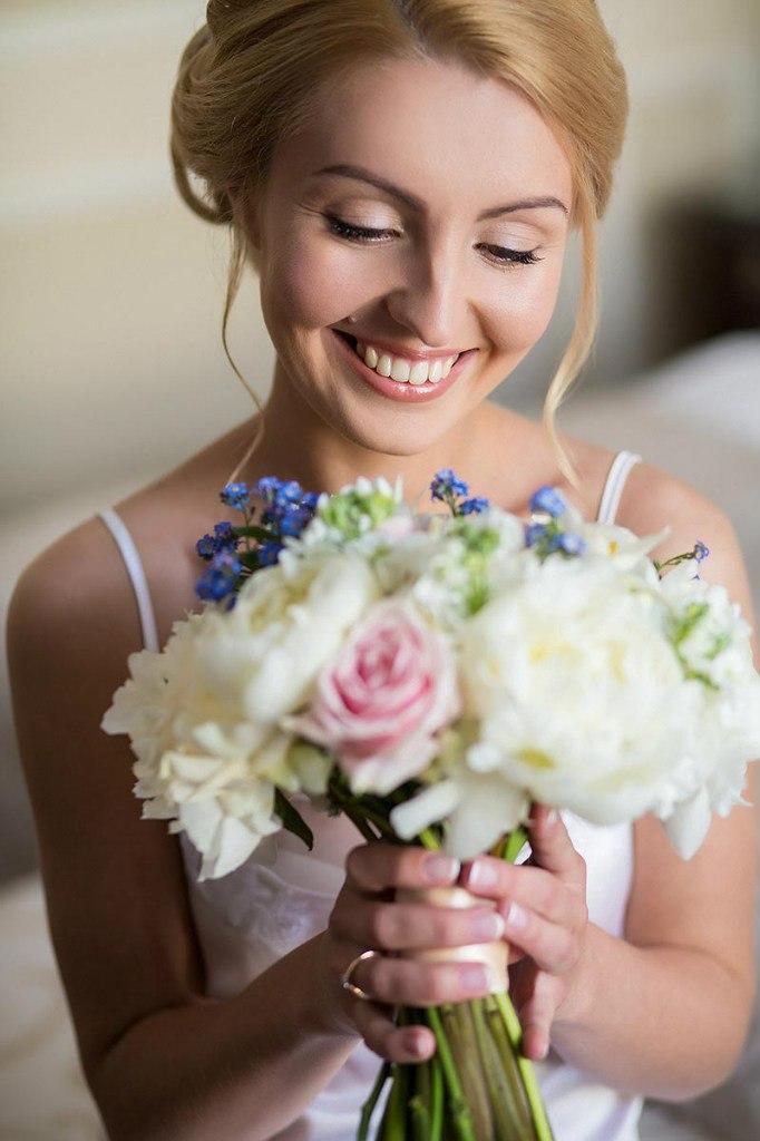 счастливая невеста с букетом