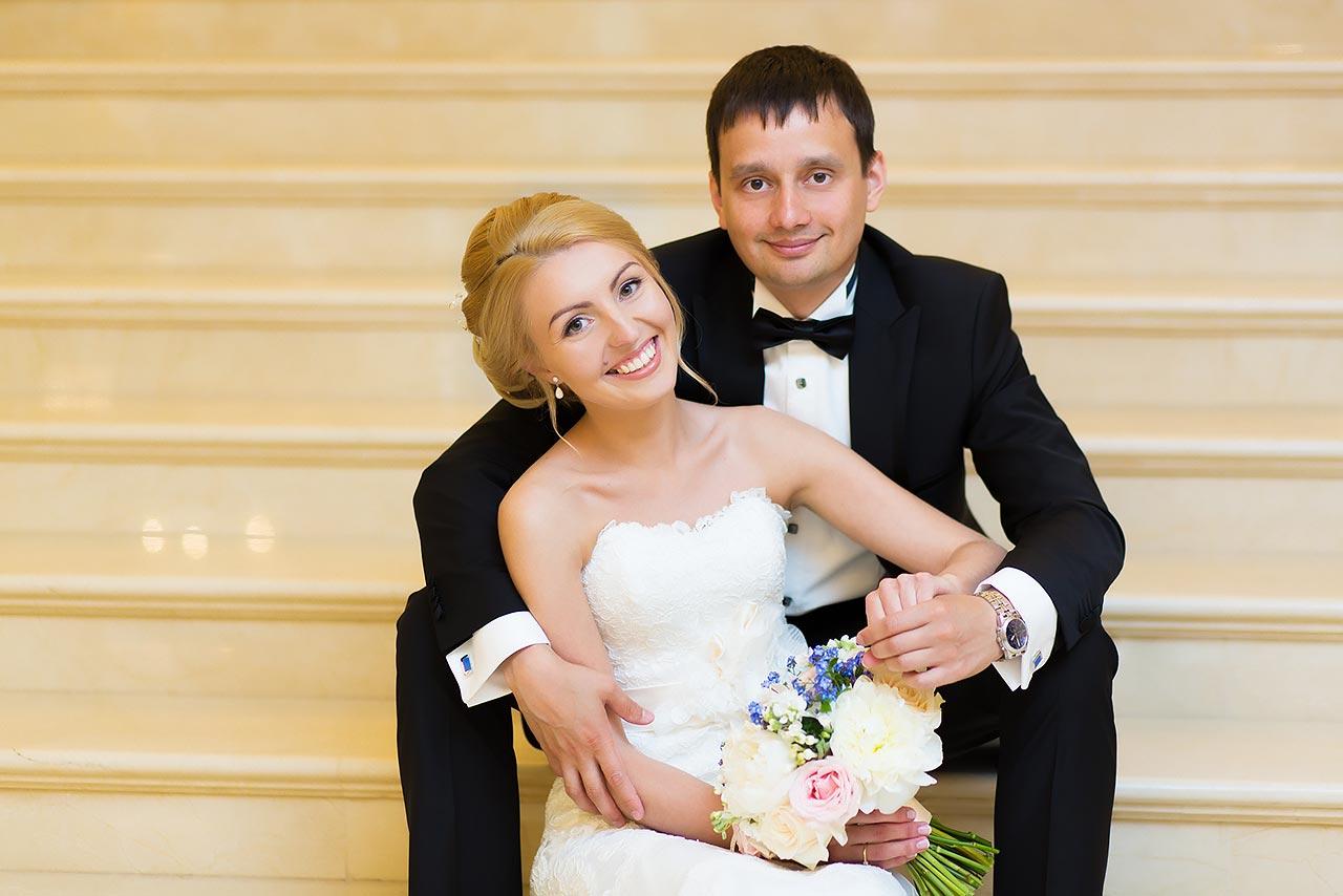 жених и невеста на лестнице отеля Эрмитаж