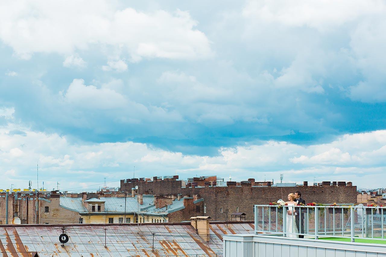жених и невеста на крыше отеля Эрмитаж