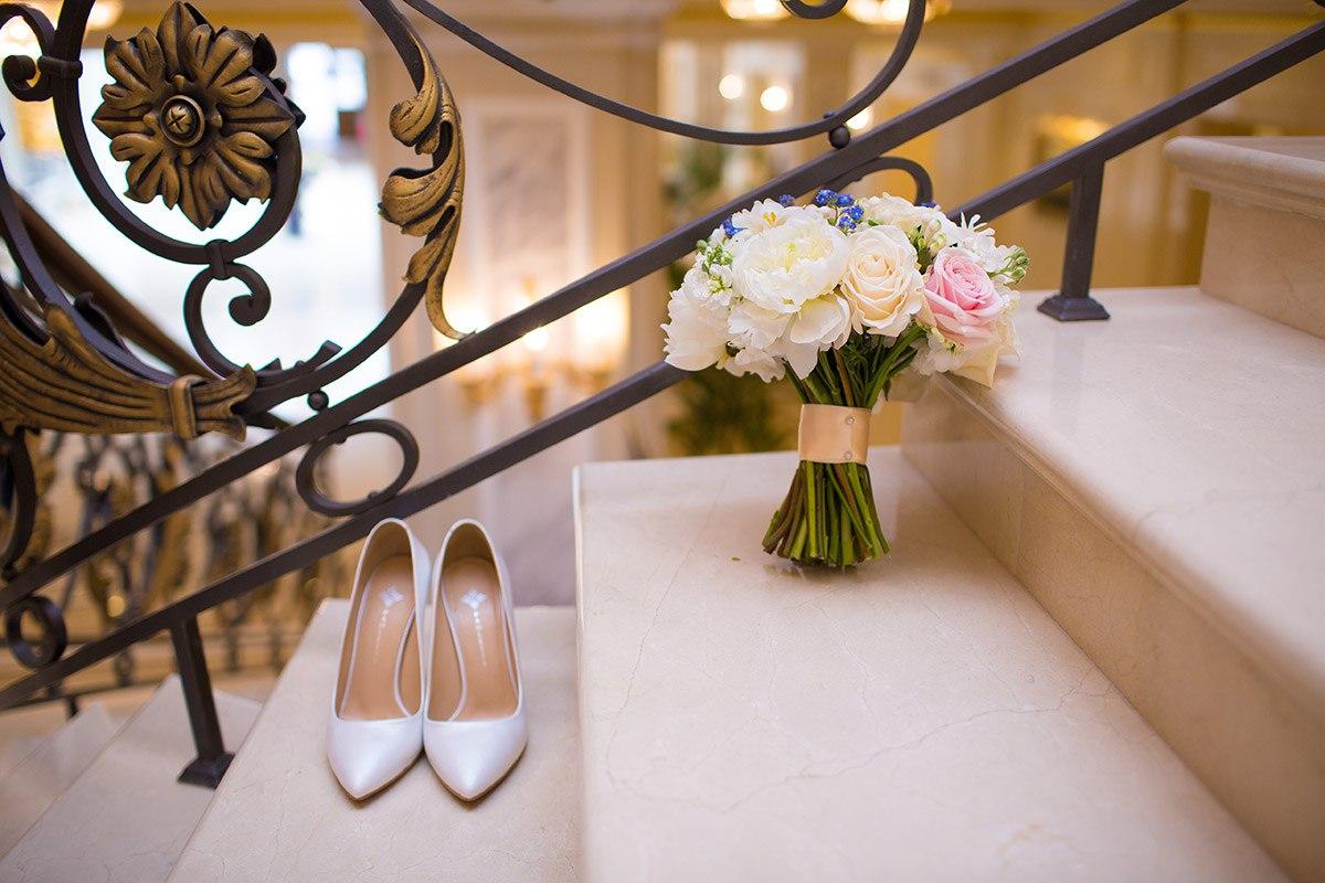 туфли и букет невесты в убранстве отеля Эрмитаж
