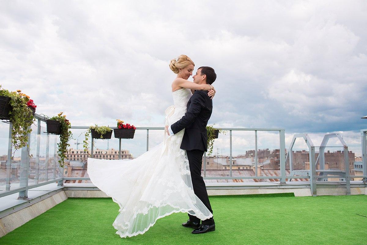 танец жениха и невесты на крыше отеля Эрмитаж