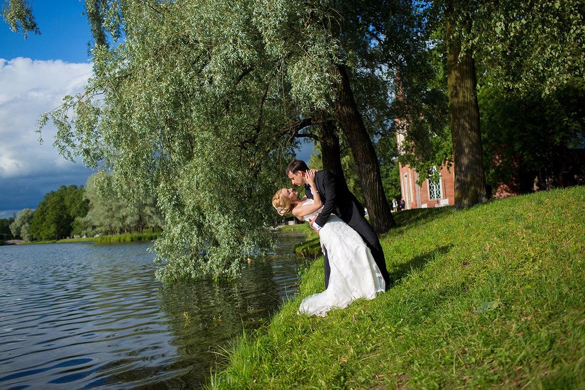 жених и невеста у воды