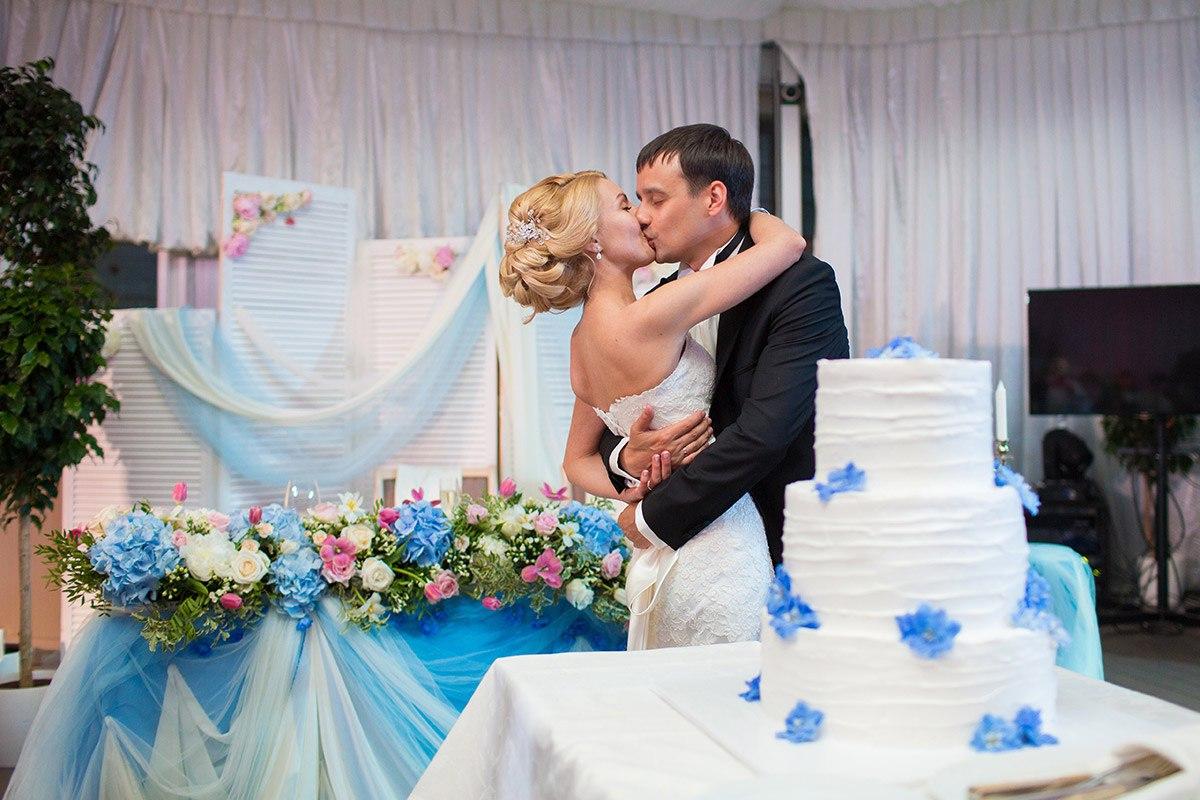 жених и невеста на фоне свадебного торта