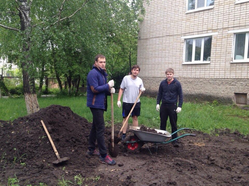Молодежный парламент провел субботник в Калужском доме-интернате для престарелых и инвалидов.