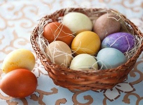 Окрашиваем яйца к Пасхе натуральными красителями