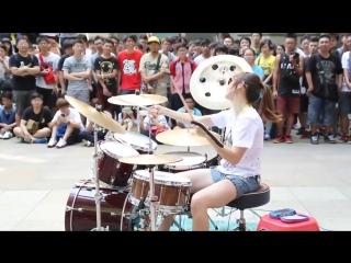 Фантастическое выступление девушки на улице