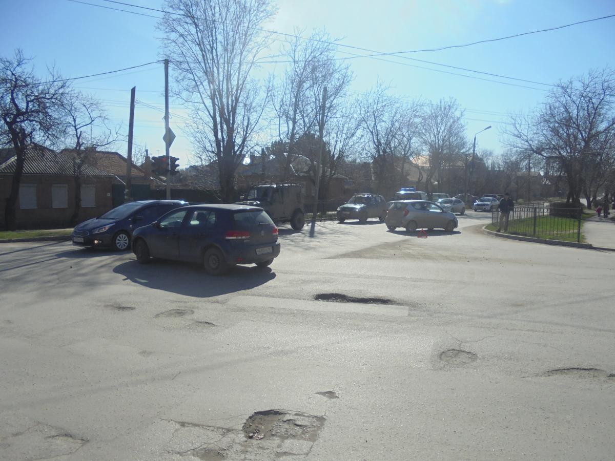 Вчера утром в Таганроге столкнулись Kia Picanto и Volkswagen Golf