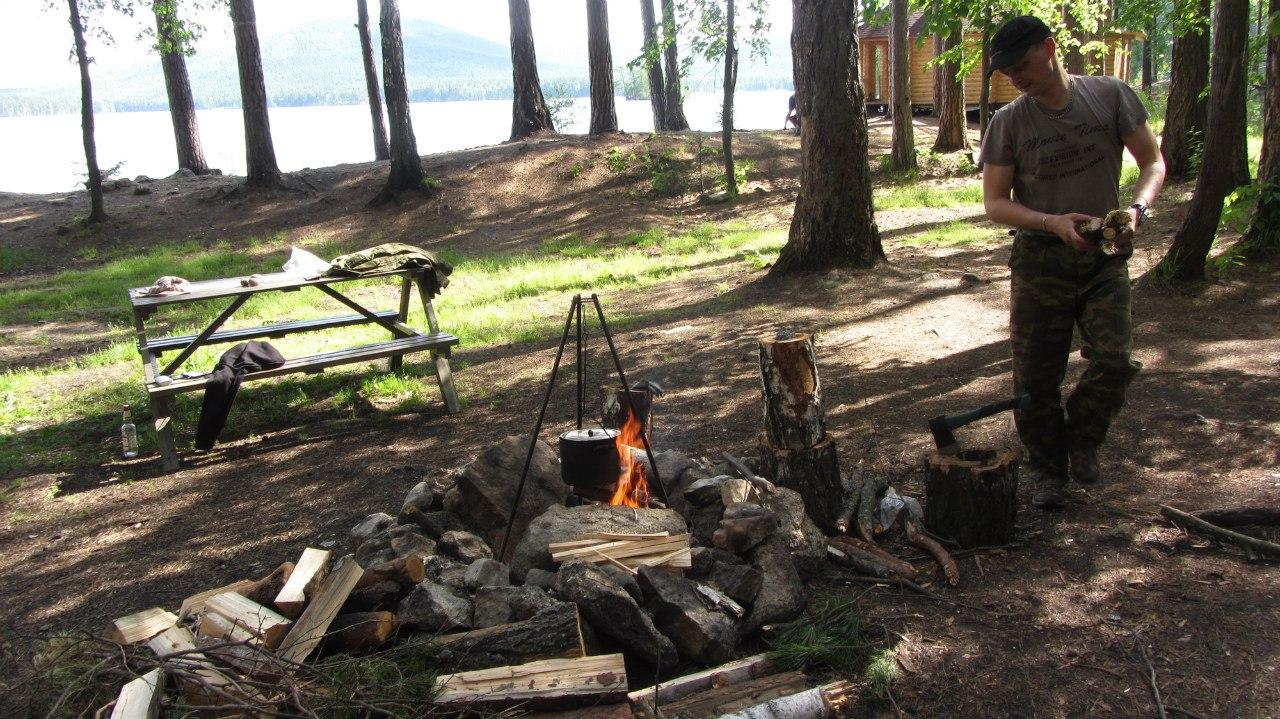 Кемпинг Черника оборудован столиками, лавками и кострищами. На берегу Тургояка видно новенькую баню с выходом в озеро