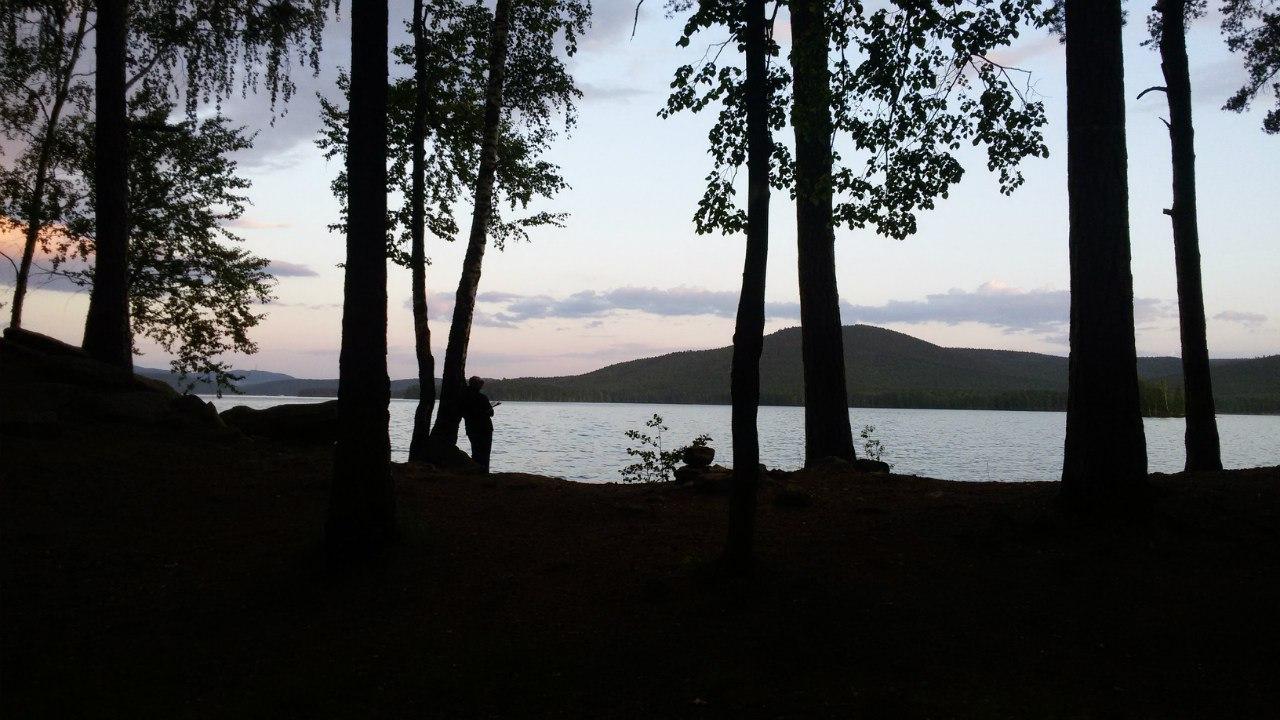 Почитать книгу на берегу озера, например