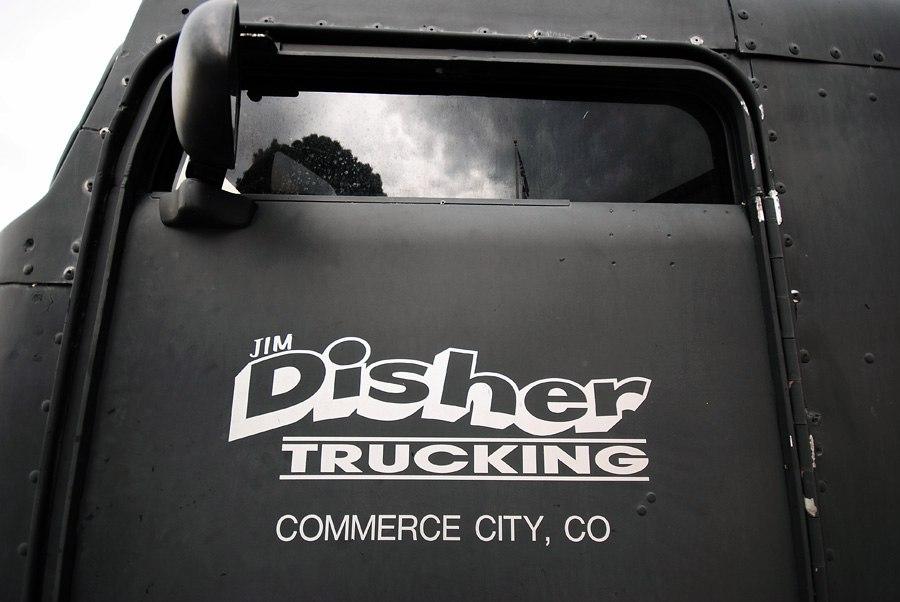 черные матовые двери грузовика