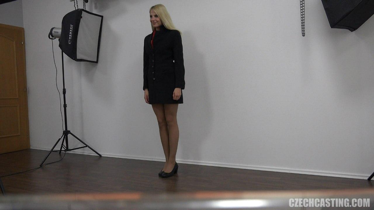Блондинка в пальто на чешском порно каситнге