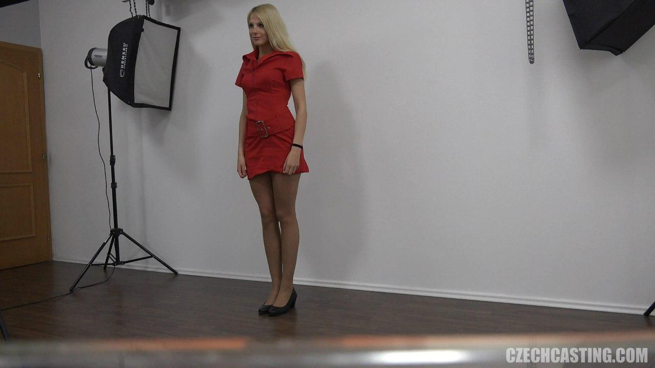 Блондинка в красном платье на порно кастинге