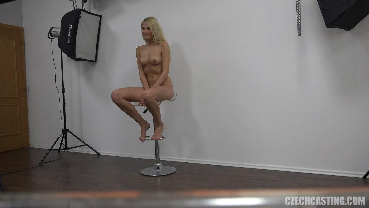 Голая блондинка на барном стуле