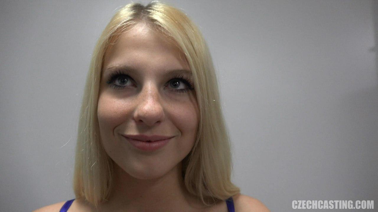 Красивое и милое лицо 18 летней блондинки