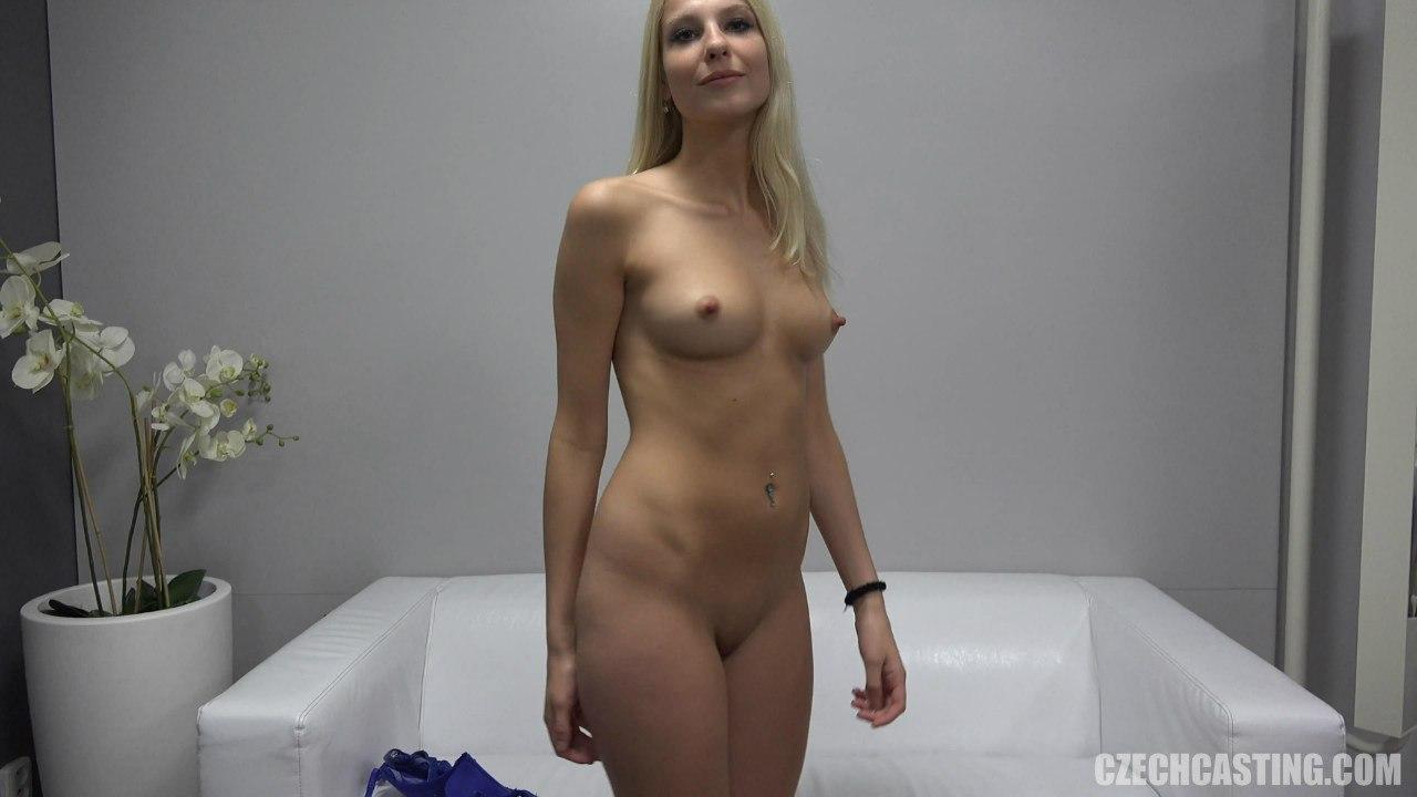 Голая блондинка с возбужденными сосками