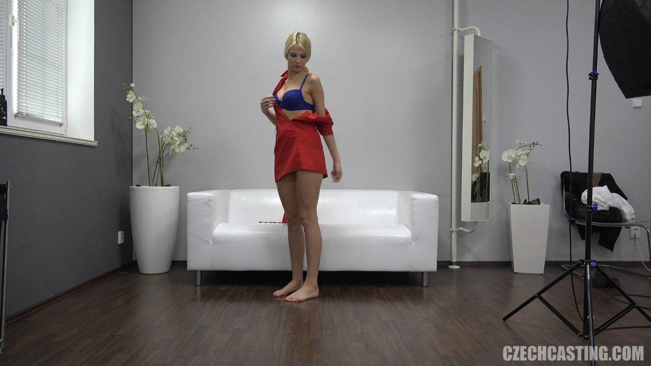 Блондинка одевается после порно кастинга