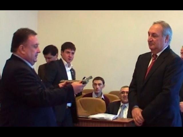 Вручение чёрного пояса VII дан по Тэквон до IATF президенту Абхазии С В Багапш 2007г