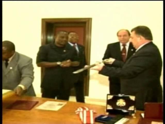 Президент МВТФ С.Б.Ковалёв вручает Президенту ДР Конго VII дан по Тэквон-До (IATF) г.Киншаса 2007г.