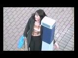 «Смотреть приколы на ютубе. Мега классный ролик -- женщина разговаривает с полицейским столбиком»