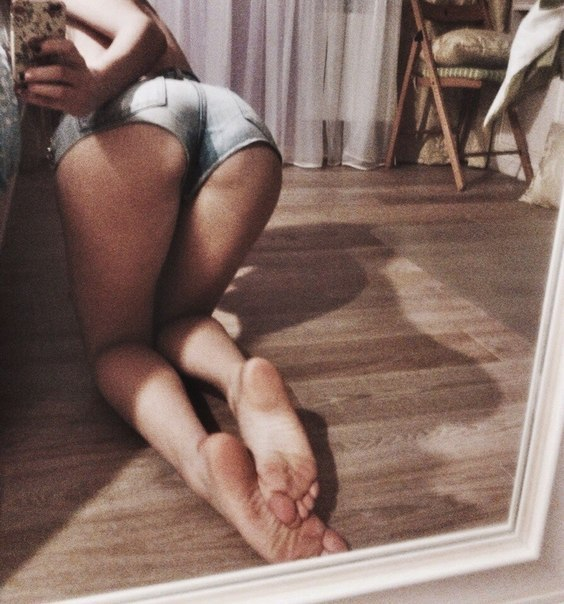 демонстрирует на фоточке свои ножки