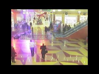 Падение люстры на людей в ТЦ в Сургуте попало на видео.