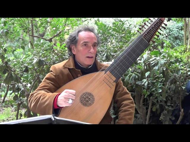 Miguel Angel играет на лютне