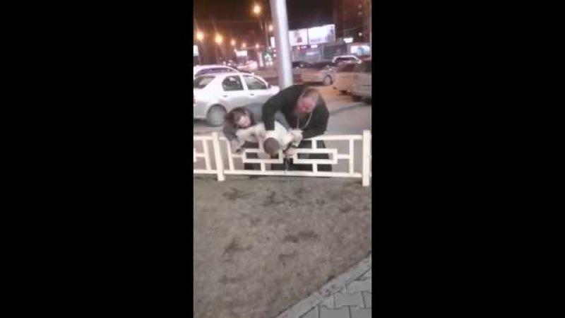 ПРАВОСЛАВНЫЙ РАШИЗМ. В Новосибирске два священника поймали мужчину и бьют его