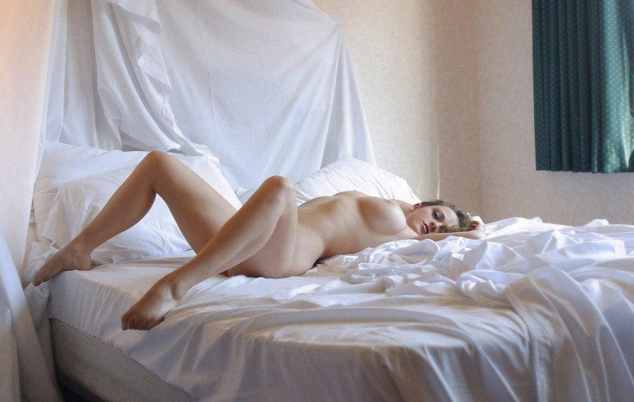 голая утром в постели время как самым