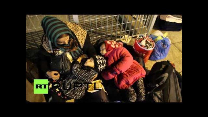 Греция: Многожильный беженцы спят грубо в Афинах.