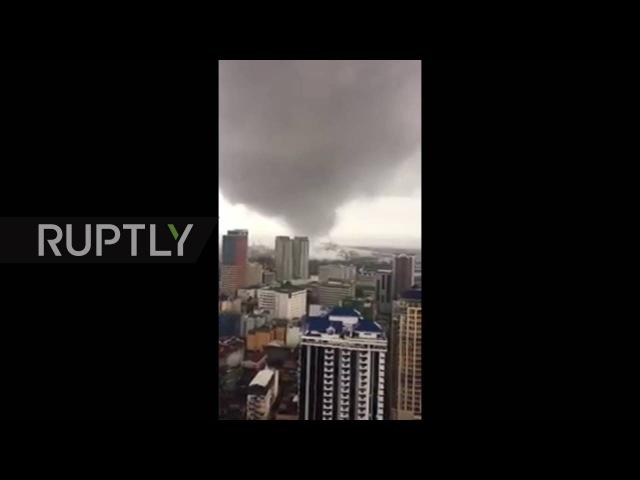 Филиппины: Пять убитых, 1000с эвакуировали, как торнадо и наводнения забастовки Маниле.