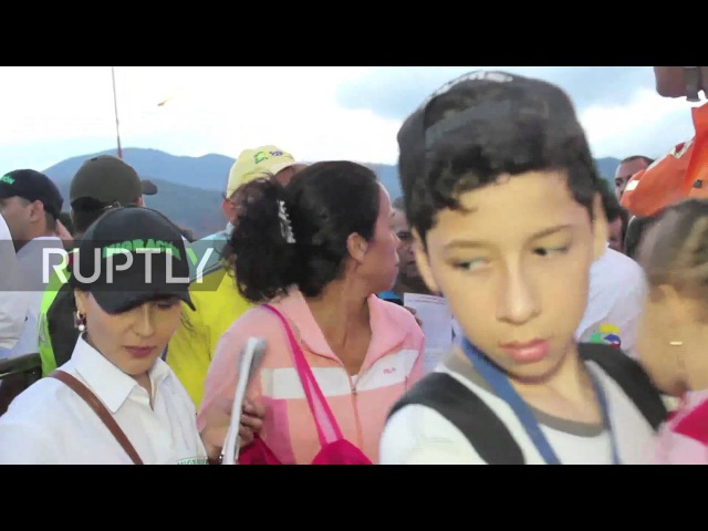 Колумбия: Венесуэльцев 1000с влил в Колумбии после того, как граница вновь открыта.