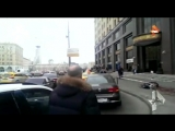 С московской высотки сорвался мойщик окон