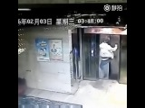 Китай. Выбил дверь и упал в шахту лифта (03.02.2016 г.)