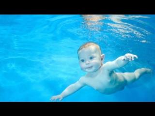Занятия плаванием с грудничками.