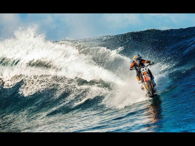 Aksi Unik Berselancar pakai Motor KTM trail