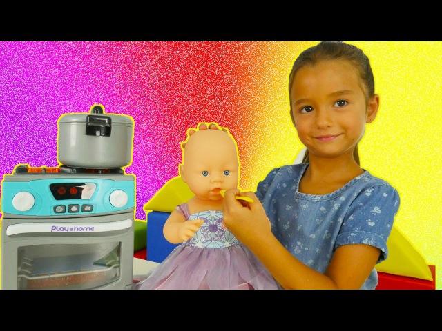 Oyun diyarı - Ceylin bebeğe yemek pişiriyor. Mutfak oyunları. Çevrimiçi video izle