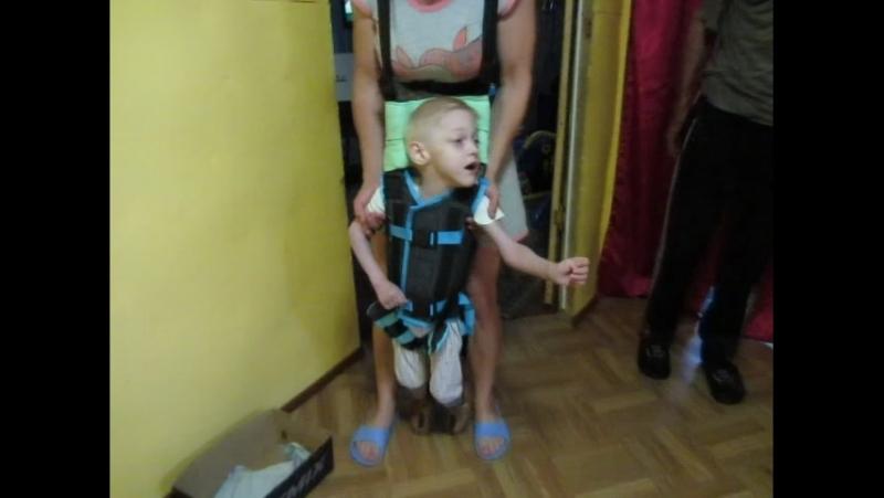 Учимся ходить в устройстве для ходьбы,пока без сандалек