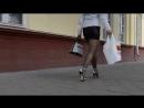 Дама в мини юбке в колготках на улице