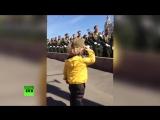 Маленький генерал_ на репетиции парада Победы в Москве военные ответили на приветствие юного зрителя