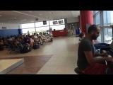 Пианист в аэропорту играет 12 разными стилями и музыку из Титаника